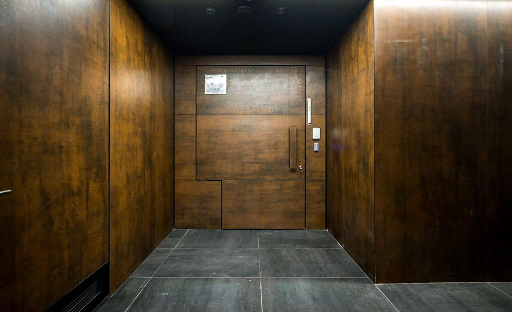 כניסה למשרד חיפוי אגוז אמריקאי - אמות אטריום