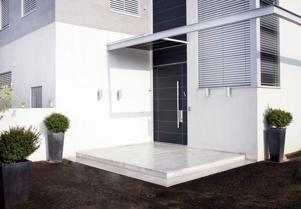 VILLA בחיפוי ניתן לשלב חומרים שונים דלתות כניסה